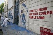 Des militants de Reporters sans frontières lancent de la peinture sur les murs de l'ambassade de Syrie, le 3 mai 2011 à Paris