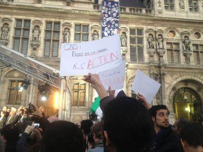 La foule massée devant l'Hôtel de Ville de Paris accuse le CNS de n'avoir rien fait contre la répression du régime. Gokan Gunes