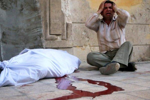 Un homme pleurant la mort d'un proche suite à un bombardement, par les forces du régime, du quartier Al-Mowasalat d'Alep, le 27-04-2014. L'ancienne capitale économique syrienne est divisée depuis juillet 2012 entre le régime al Assad et les rebelles. AFP - See more at: http://www.lecourrierdelatlas.com/706328042014Pour-mieux-apprehender-les-enjeux-de-la-revolution-syrienne.html#sthash.T5PcYcza.dpuf