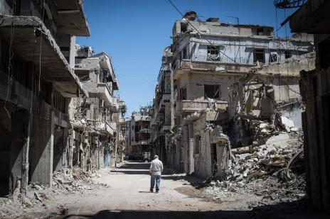 Un vieil homme marche dans les ruines de la vieille ville de Homs, le 3 juin 2014 (PAN Chaoyue/CHINE NOUVELL/SIPA)