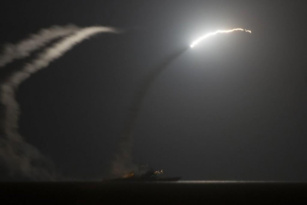 Le croiseur américain « Philippine-Sea » tire un missile Tomahawk depuis le golfe Arabo-Persique vers les zones contrôlées par l'Etat islamique, le 23 septembre. | REUTERS/HANDOUT