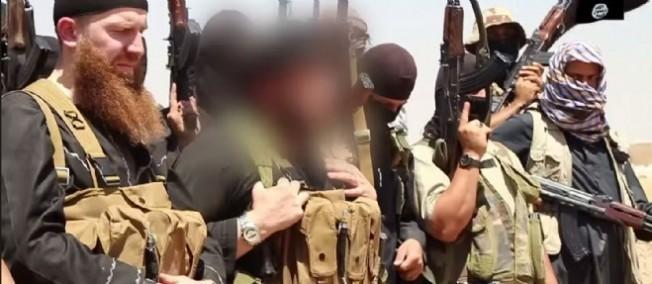 Des membres de l'État islamique, incluant son chef militaire, Abu Omar al-Shishani (à gauche) et le cheikh Abu Mohammed al-Adnani (en flouté). © HO / Al-Itisam Media / AFP