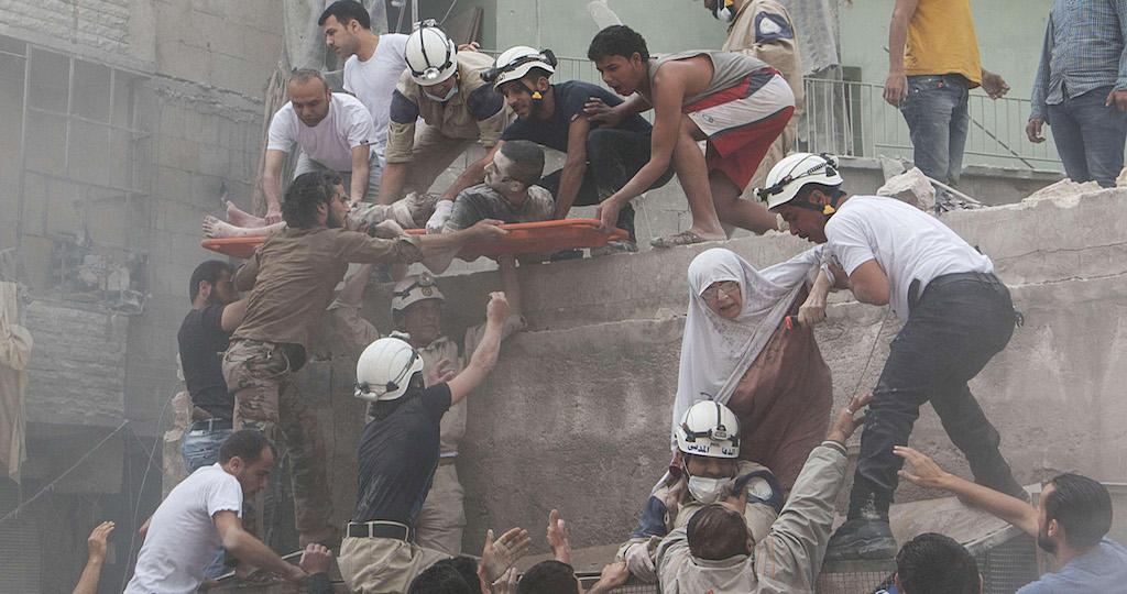 عمليات إنقاذ بعد قصف بالبراميل في حلب/ كرم المصري- AFP.
