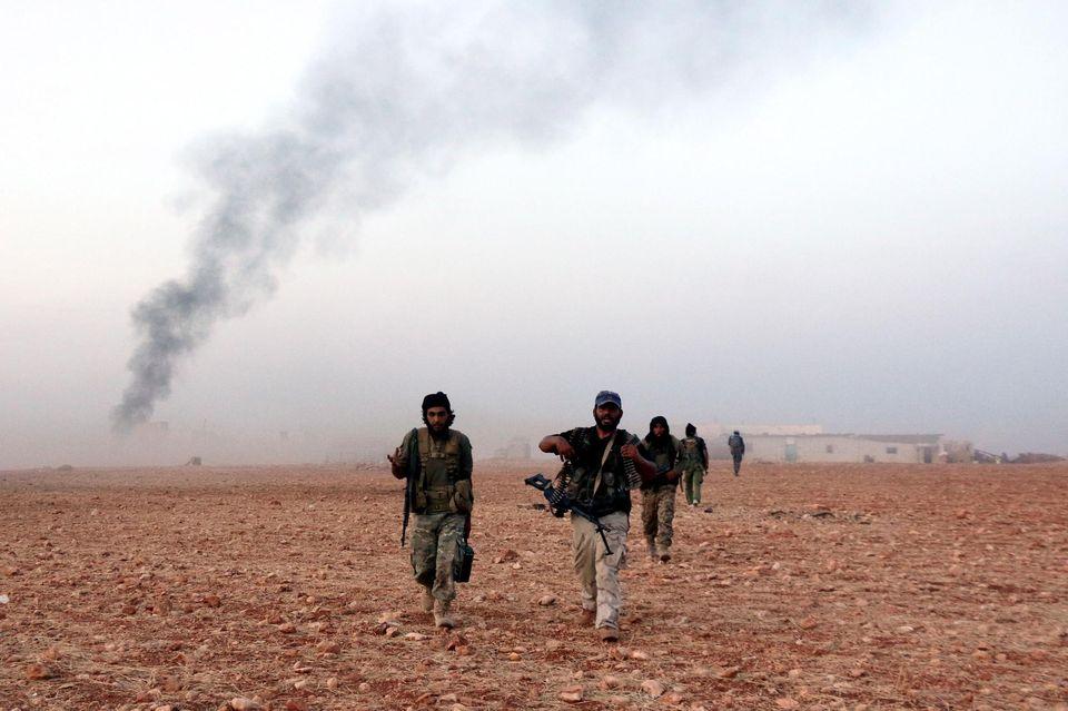 Des combattants de l'opposition, à une vingtaine de kilomètres au nord d'Alep, le 18 octobre.