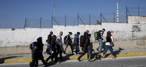 Des réfugiés syriens se dirigent à la frontière entre la Grèce et la Macédoine, le 7 octobre 2015. Crédit photo: REUTERS/Alkis Konstantinidis