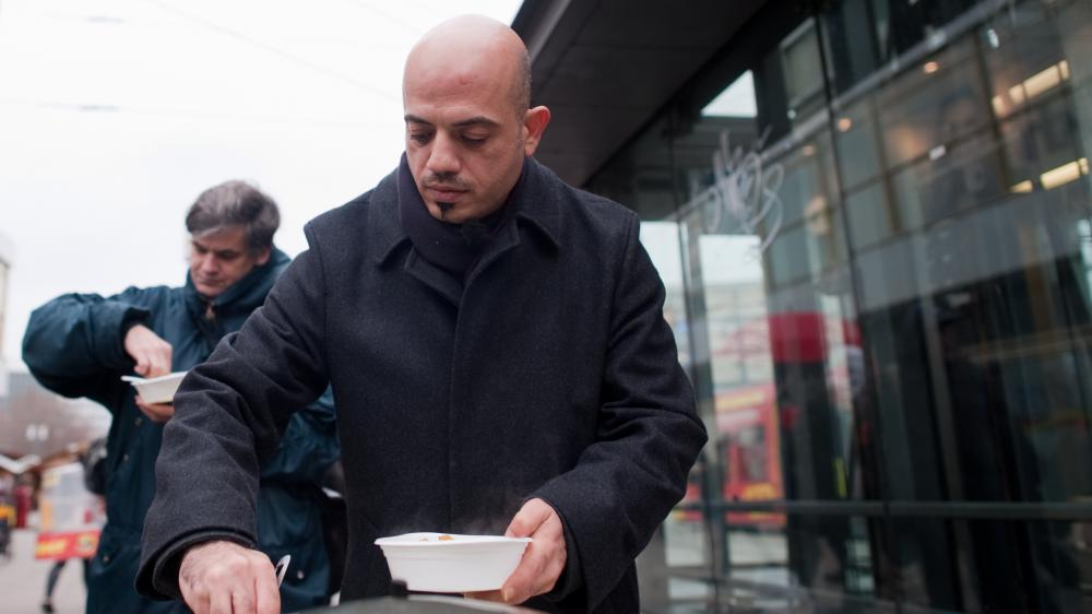 Alex Assali, réfugié syrien, sert de la nourriture aux sans-abri à berlin (Allemagne), le 25 novembre 2015.