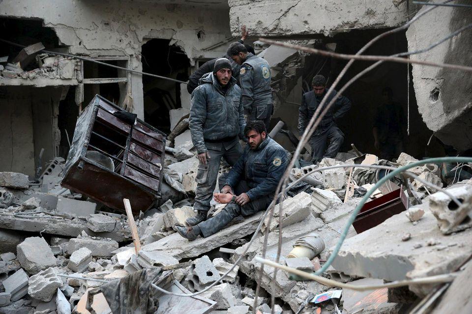 Des membres de la défense civile, le 10janvier, à Douma, au cœur de la plaine de la Ghouta, près de Damas, après des frappes russes, selon les rebelles.
