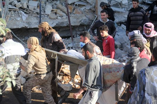 Des personnes viennent au secours des blessés dans ce qu'il reste de l'hôpital bombardé le 15 février.