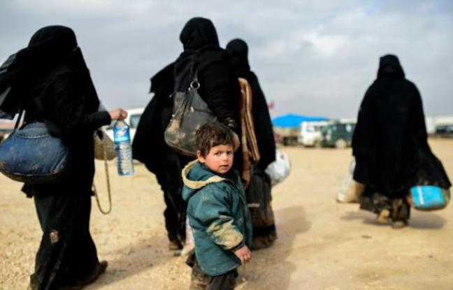 Des réfugiés syriens ayant fui les combats à Alep attendent à proximité de la ville d'Azaz, près de la frontière turque, le 6 février 2016