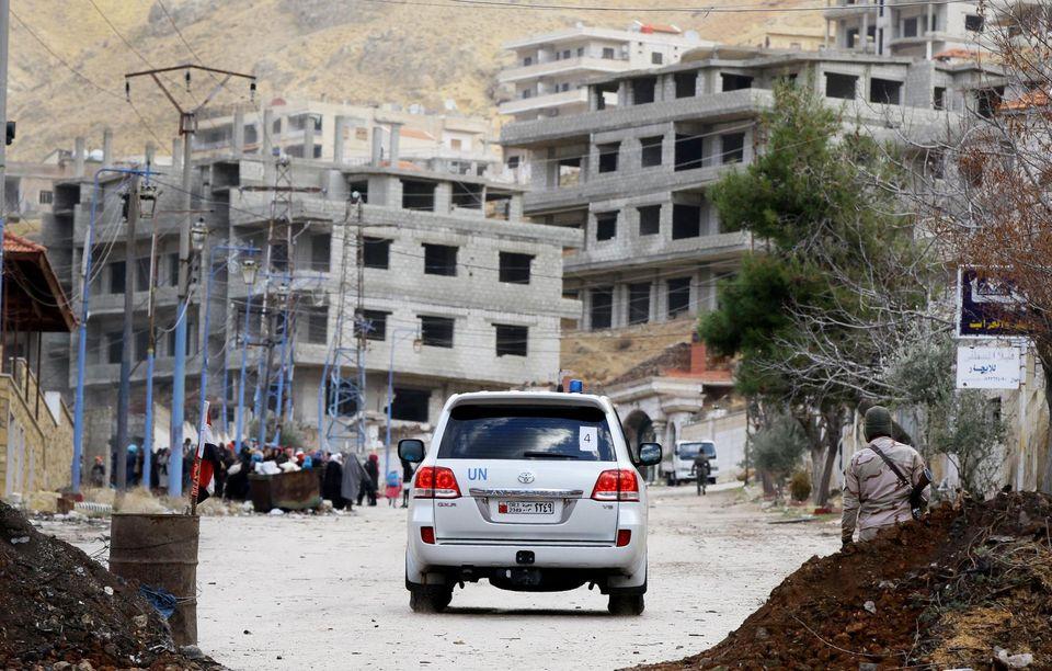 Un véhicule des Nations unies entre dans la ville de Madaya, dans l'attente d'un convoi humanitaire du Croissant-Rouge, le14janvier.