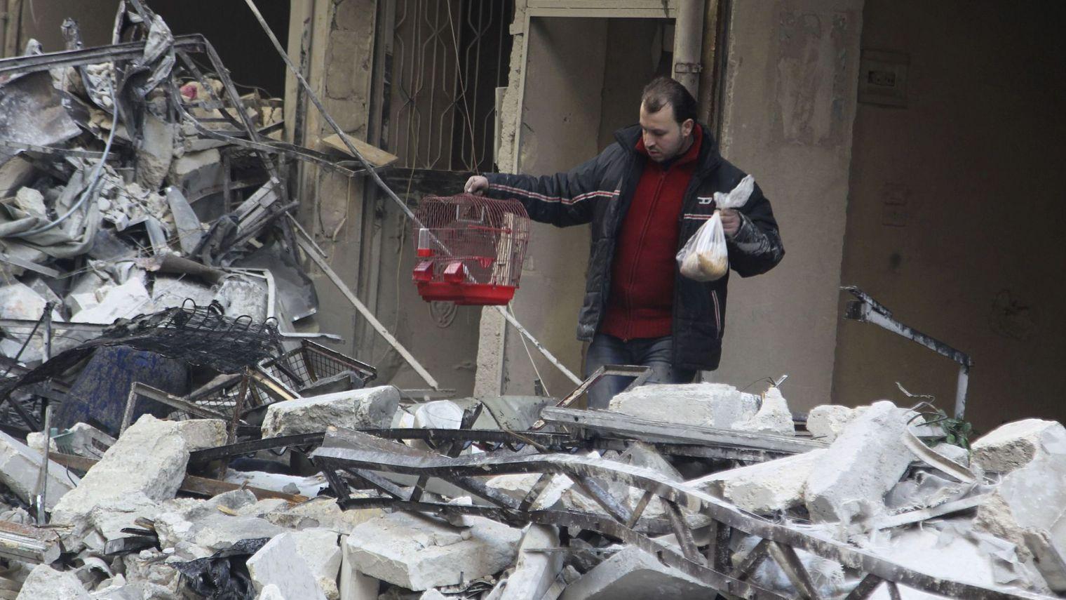 Devant la progression des troupes du régime de Bachar el-Assad, les rebelles et les civils des quartiers Est de la ville d'Alep pourraient se retrouver prochainement asphyxiés, leur principale route d'approvisionnement vers la Turquie ayant été coupée mercredi.