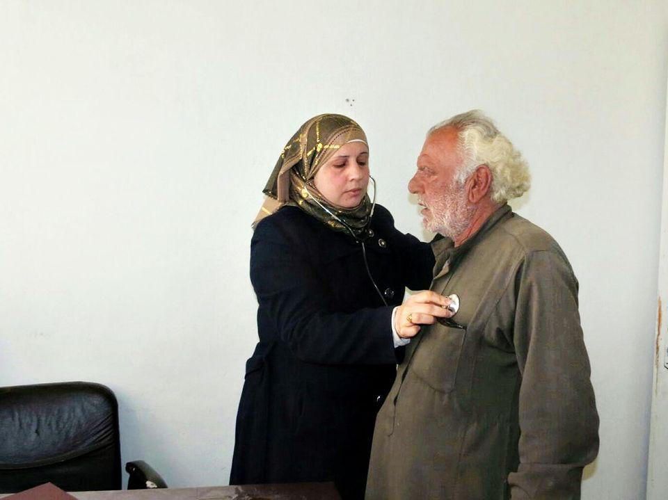 «Docteure Rasha», comme l'appellent les habitants d'Idlib, en consultation, en février.