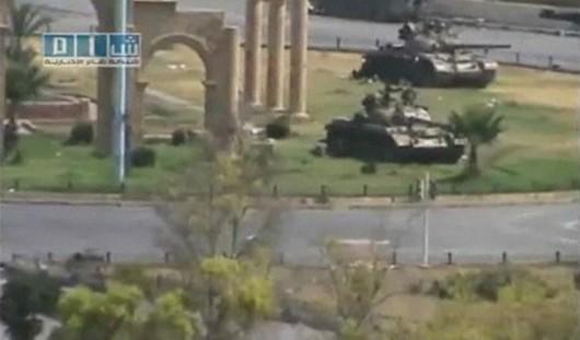 Des tanks de l'armée syrienne entrent dans Hama, en août 2011. REUTERS/Social Media Website via Reuters TV)