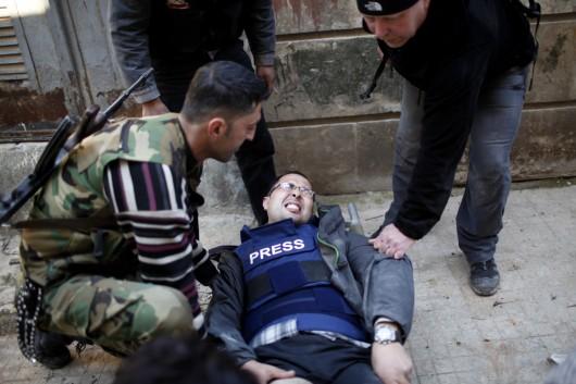 Un journaliste de Reuters touché par une rafale à Alep en 2012. (REUTERS/Ahmed Jadallah)