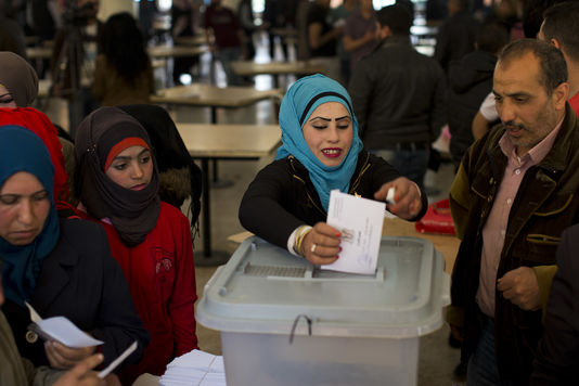 Une Syrienne vote à Damas, le 13 avril 2016.