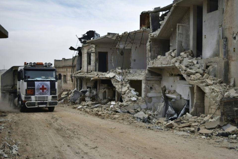 Un camion de la Croix-Rouge dans le village de Teir Maalah, en Syrie, le 25 avril 2016