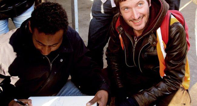 Un réfugié de Calais profite du carnet de Cyrille Pomès pour faire son autoportrait et adresser quelques vers à David Cameron, dont le dernier dit : «Ouvre-nous, ici le froid nous tue.»/Photo DR