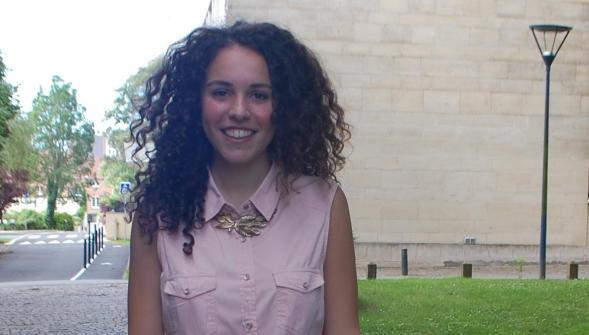 À 18 ans, et depuis trois ans en France, Céline attend les résultats du bac avant de se lancer dans des études de médecine.