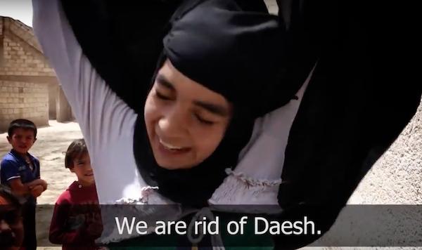 Ein Mädchen aus Nordsyrien freut sich nach der Befreiung von der ISIS-Herrschaft endlich den Niqab ablegen zu können
