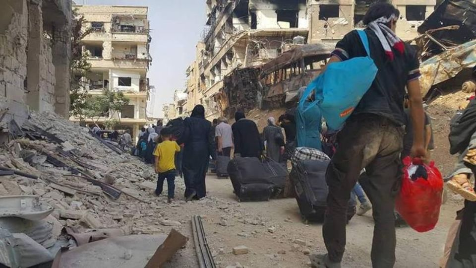 Des habitants de Daraya quittent la ville avec quelques biens, après l'accord d'évacuation conclu jeudi entre les rebelles et le régime syrien.