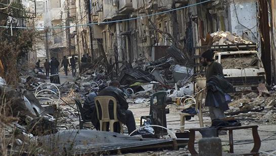 //Dans une rue de Homs - (REUTERS/Yazan Homsy)