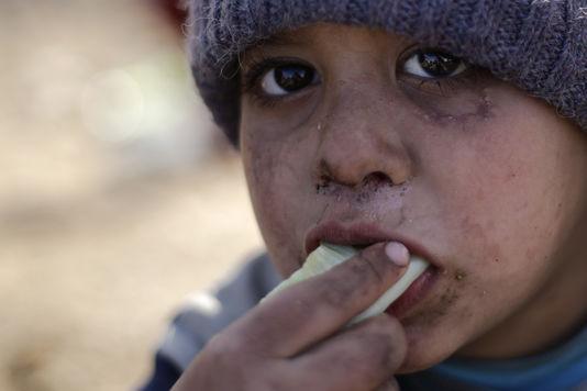 «L'heure d'un des plus sinistres massacres depuis la seconde guerre mondiale a sonné» (Photo: un enfant syrien réfugié dans le village de Jibreen, au sud d'Alep. Depuis juillet, 30 000 personnes ont fui la ville d'Alep, selon les organisations humanitaires).