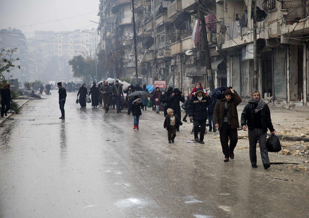 Des habitants fuient Alep, le 13 décembre 2016.