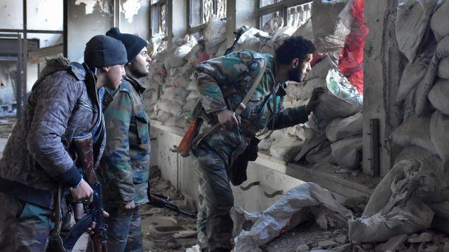 Des soldats du régime syrien le 8 décembre 2016 dans un quartier d'Alep-Est.