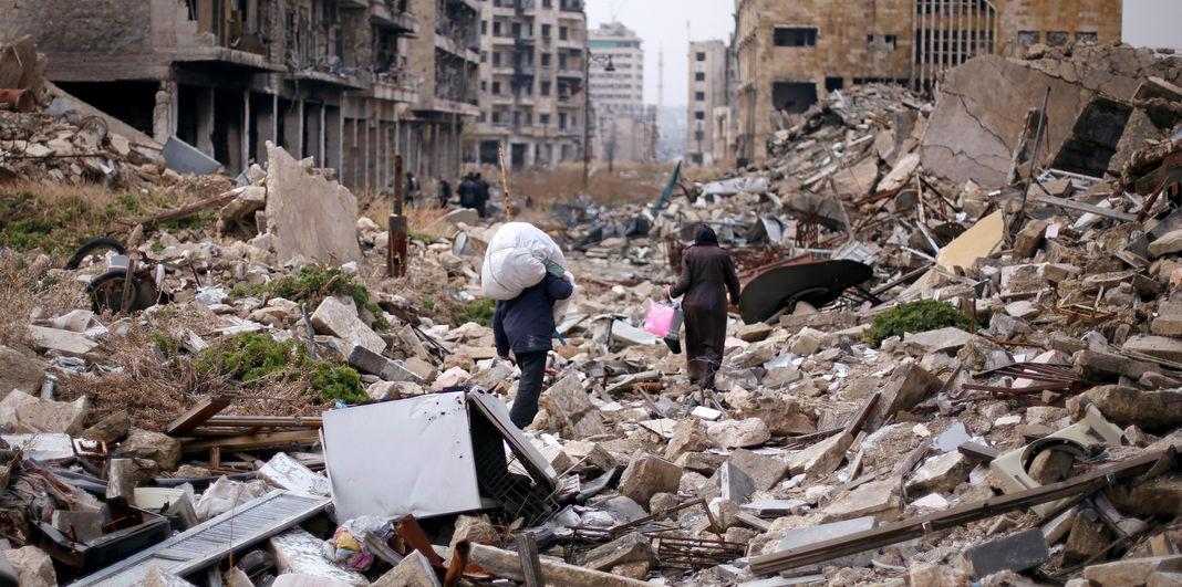 Des Syriens essaient de retrouver quelques biens dans les décombres. Alep, le 17 décembre 2016.