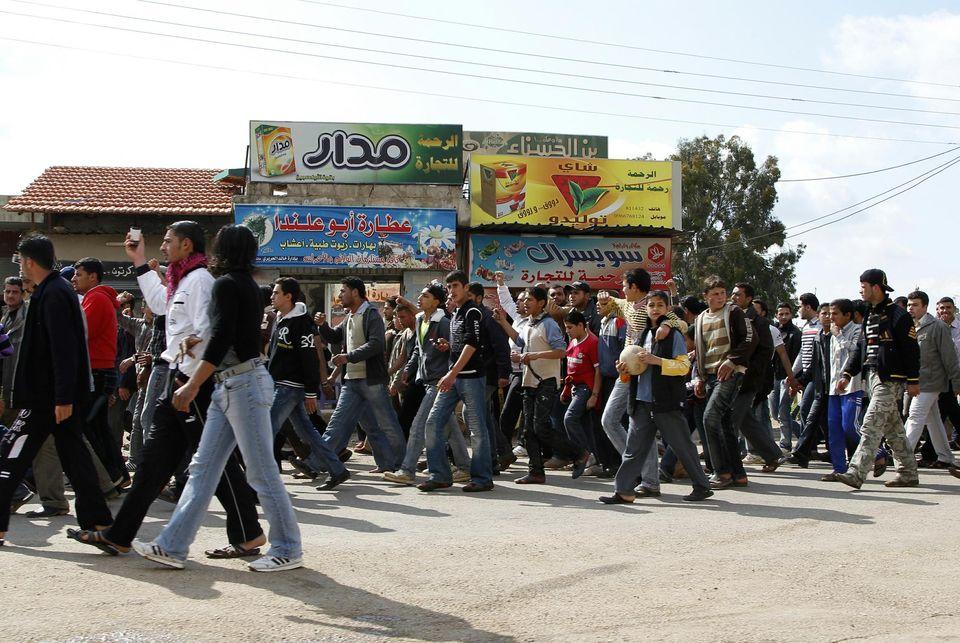 Le 25 mars 2011, des habitants de la région de Cheikh Maskeen marchent vers Deraa pour soutenir les manifestants.