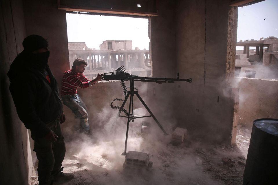 Un groupe rebelle syrien dans le quartier de Jobar, à Damas, dimanche, lors des affrontements sans précédent qui ont secoué la ville.