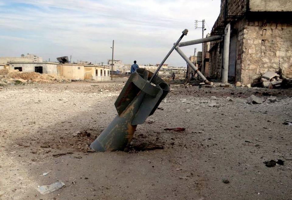 Roquette du régime syrien tombée sans exploser près de l'aéroport d'Alep, en 2013.