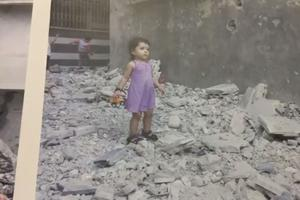 Une enfant syrienne dans les décombres